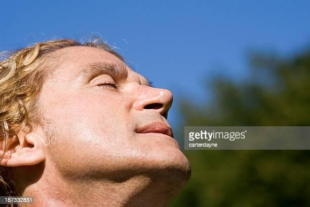 Disfruta del cálido sol de verano en su rostro