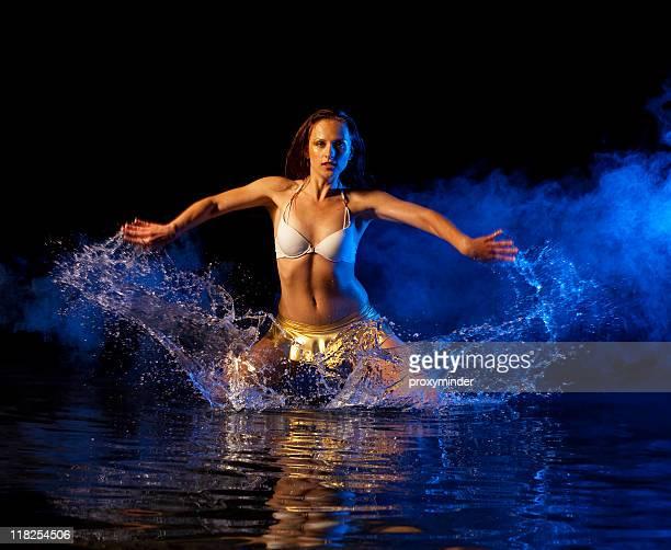 profiter de l'eau - gogo danseuse photos et images de collection