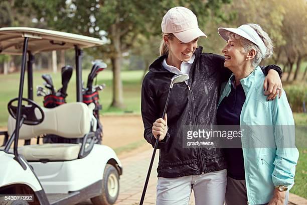 genießen sie ihren tag auf dem golfplatz gemeinsam - sonntag stock-fotos und bilder