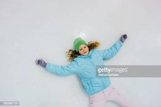 genieten van de winter - schaatsen stockfoto's en -beelden