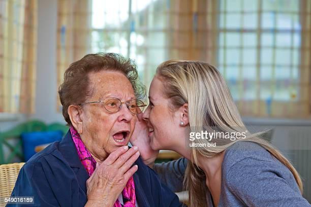 Enkelin erzählt Großmutter eine Neuigkeit, einGeheimnis
