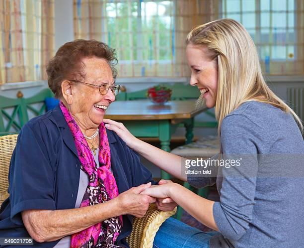 Enkelin mit Großmutter im Gespräch