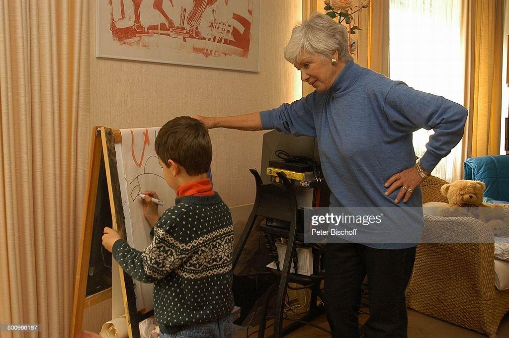 Enkelsohn Julian Dante, Maria Sebaldt (r.), 21.11.2004, München, Familie, Enkel, Wohnzimmer, malen, Staffellei, Homestory, Schauspielerin, Promi, 1001 : News Photo