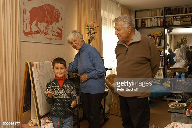 Enkelsohn Julian Dante, Maria Sebaldt, Ehemann Robert Freitag, , , München, Ehefrau, Familie, Enkel, Wohnzimmer, malen, Staffellei, Homestory,...