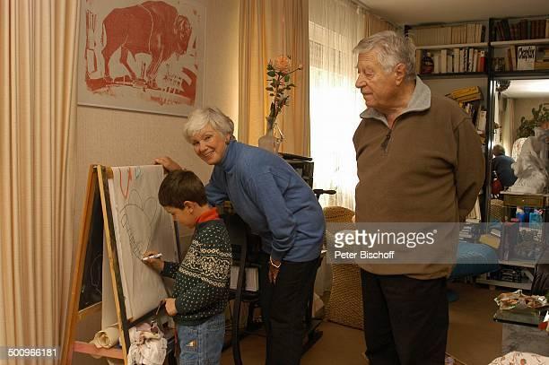 Enkelsohn Julian Dante Maria Sebaldt Ehemann Robert Freitag München Ehefrau Familie Enkel Wohnzimmer malen Staffellei Homestory Schauspieler...