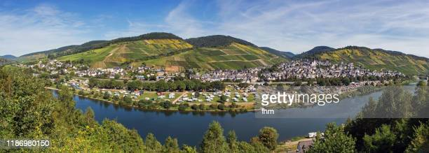 enkirch panorama (mosel river/ germany) - tela grande - fotografias e filmes do acervo