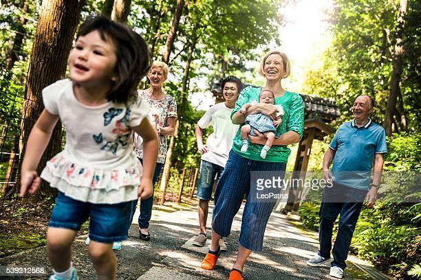 大きな家族で過ごす週末の自然