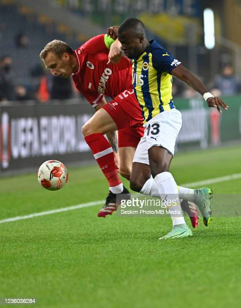 Enner Valencia of Fenerbahce and Ritchie De Laet of Antwerp FC during the UEFA Europa League group D match between Fenerbahce and Royal Antwerp FC at...