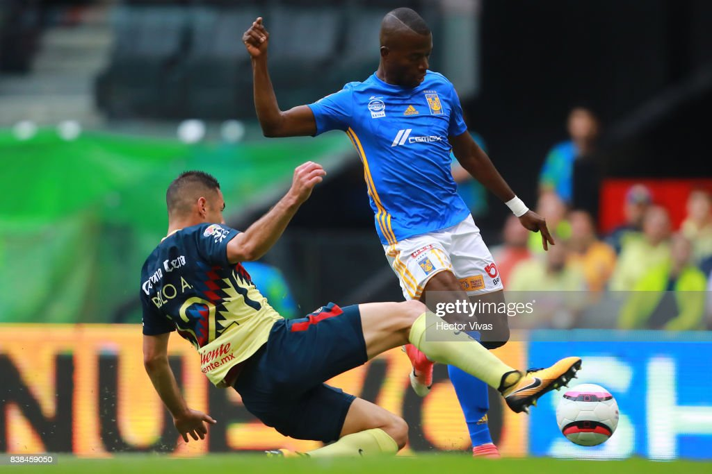 Enner Valencia of Tigres struggles for the ball with Pablo Aguilar of America during the 6th round match between America and Tigres UANL as part of the Torneo Apertura 2017 Liga MX at Azteca Stadium on August 23, 2017 in Mexico City, Mexico.