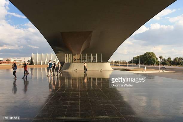 Enorme estrutura em concreto é uma concha que simboliza o punho da espada de Duque de Caxias. Projeto de Oscar Niemeyer. A concha acústica do Quartel...