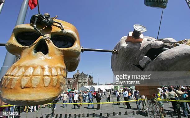 Enormes calaveras simulando el rito del Tzompantlis son mostradas dentro de las representaciones de las festividades por el Dia de Muertos en la...