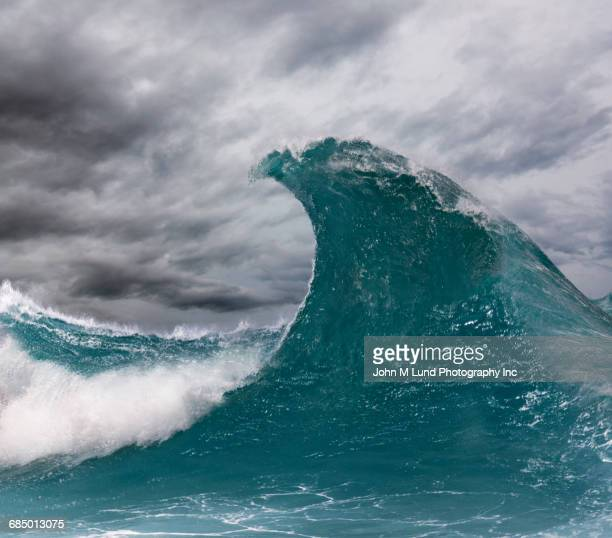 enormous wave in ocean - welle stock-fotos und bilder