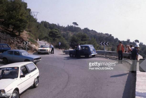 Enquêteurs sur le lieu de l'accident de voiture de Grace de Monaco audessus de la principauté le 13 septembre 1982 à Monaco