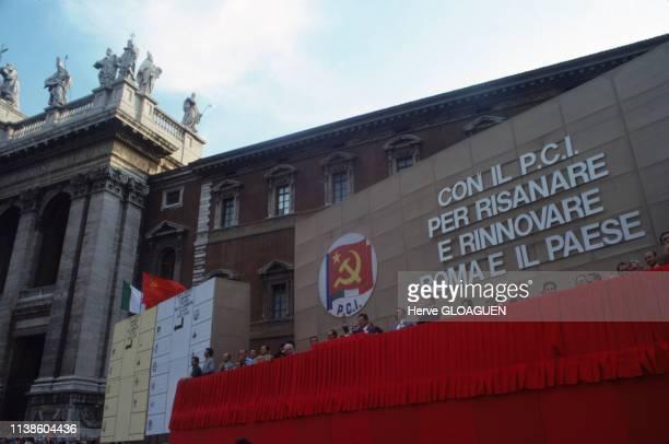 Enrico Berlinguer et Luigi Longo dans la tribune lors d'un meeting du Parti communiste italien sur la Piazza Venezia à Rome en juin 1976 Italie