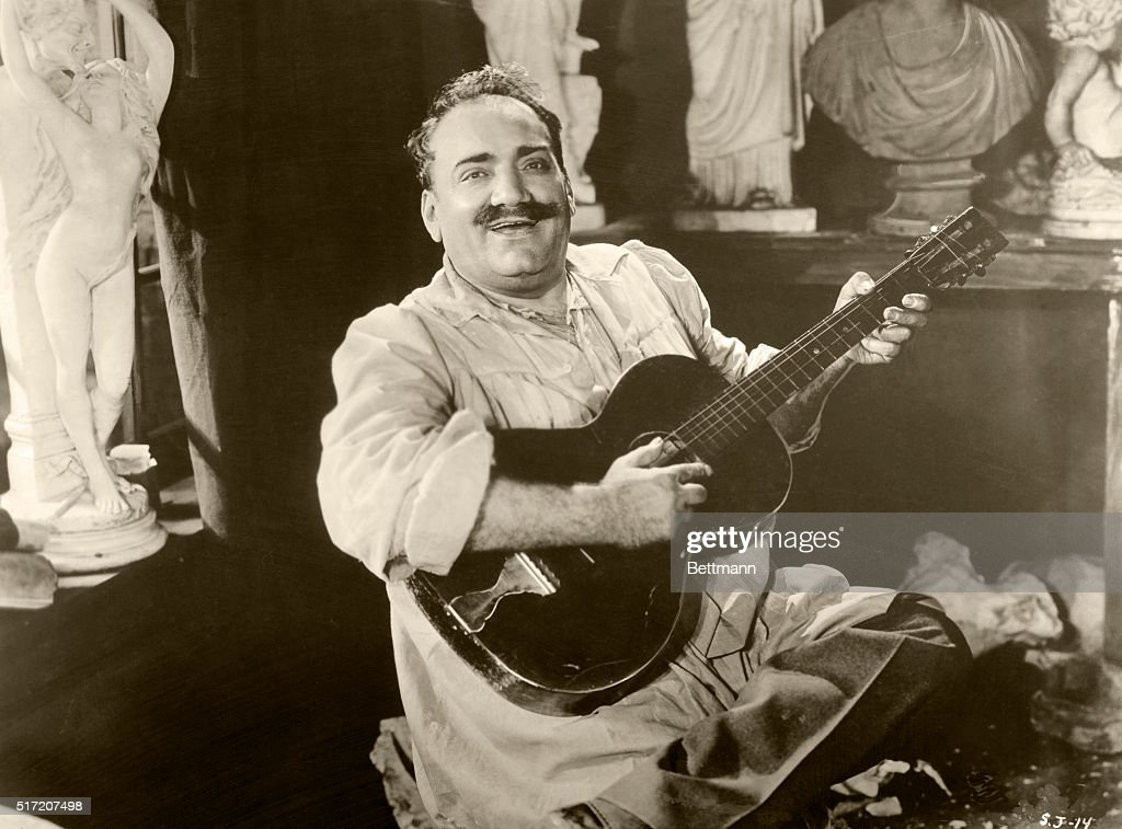 Caruso Playing Guitar : News Photo