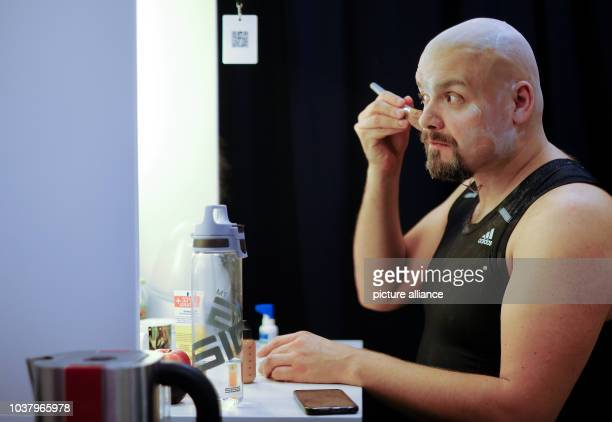 Enrico De Pieri the 'Genie' of the 'Aladdin' musical puts on makeup at the Neue Flora theatre in Hamburg Germany 1 December 2016 The European...