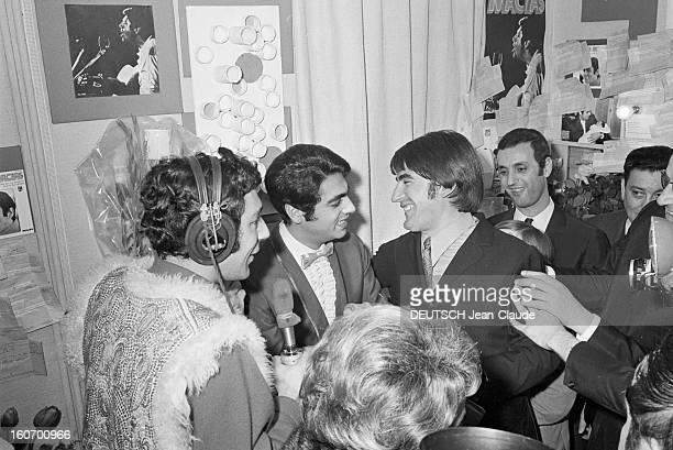 Enrico Macias At The Olympia. Paris - 8 mars 1968 - Dans une loge de l'OLYMPIA, lors de son concert, Enrico MACIAS au centre portant un noeud...