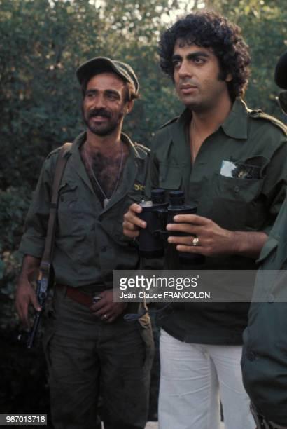 Enrico Macias avec des soldats de l'armée israélienne pendant la guerre du Kippour le 23 octobre 1973 en Israël.