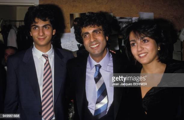 Enrico Macias avec son fils Jean-Claude et sa fille Jocya dans sa loge de l'Olympia le 7 mars 1985 à Paris, France.