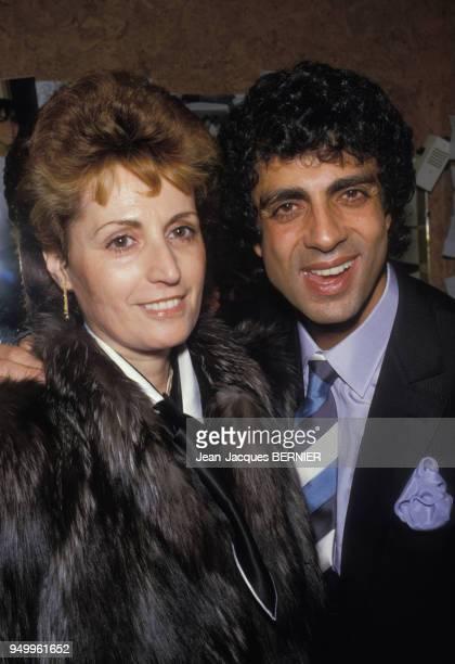 Enrico Macias avec son épouse Suzy dans sa loge de l'Olympia le 7 mars 1985 à Paris France