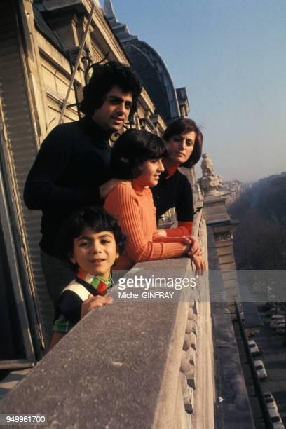 Enrico Macias avec son épouse Suzy et ses enfants Jocya et Jean-Claude sur le balcon de leur appartement, circa 1970, à Paris, France.