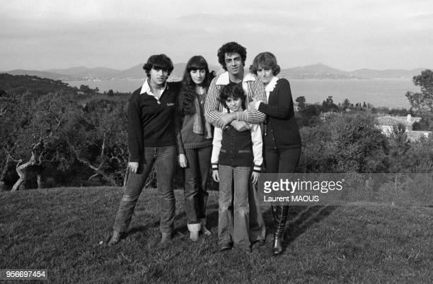 Enrico Macias avec son épouse Suzy et ses enfants Jocya et Jean-Claude et sa nièce Corinne au centre en décembre 1976 à Saint-Tropez, France.