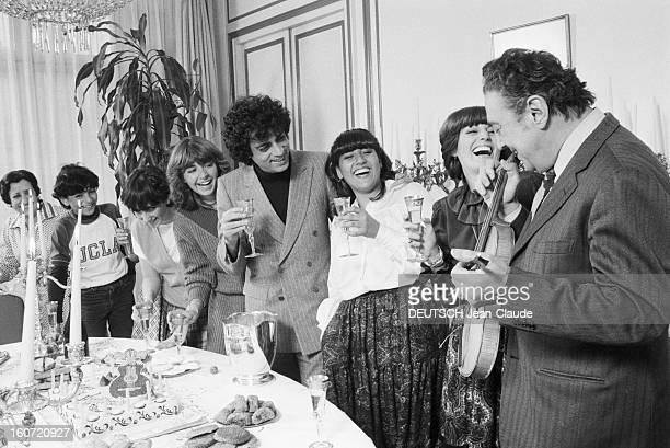 Enrico Macias Celebrates With Family The 17th Bithday Of His Daughter Jocya. Le 28 fevrier 1980, autours d'une table garnie de champagne et d'un...