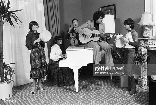 Enrico Macias Celebrates With Family The 17th Bithday Of His Daughter Jocya. Le 28 fevrier 1980, le chanteur Enrico MACIAS, assis au centre avec sa...