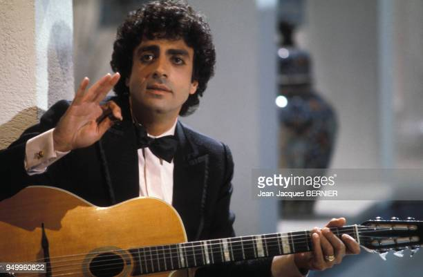 Enrico Macias chante en s'accompagnant avec sa guitare à la télévision le 6 janvier 1984 à Paris France