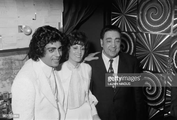 Enrico Macias dans sa loge avc son père Sylvain Ghrenassia et son épouse Suzy lors d'une première le 13 mars 1974 à Paris France