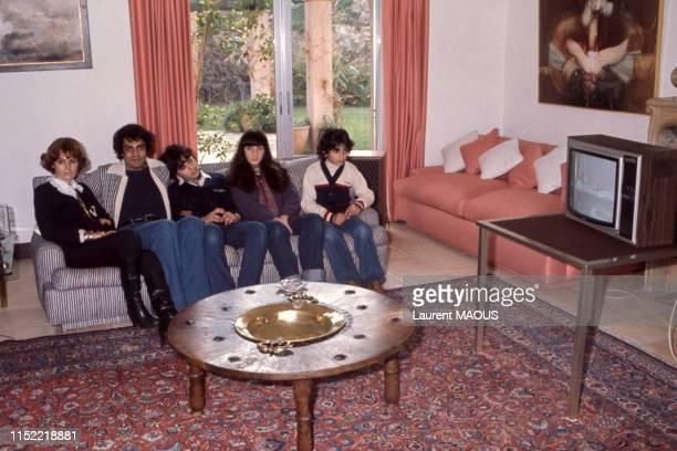 Enrico Macias en vacances en famille entouré de sa femme Suzy et ses enfants Jocya et Jean-Claude notamment en décembre 1976 à Saint-Tropez, France.