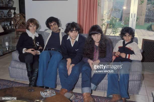 Enrico Macias en vacances en famille entouré de sa femme Suzy et ses enfants Jocya et JeanClaude notamment en décembre 1976 à SaintTropez France
