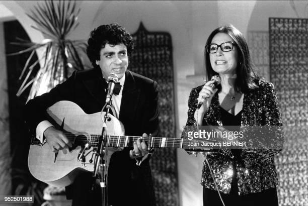 Enrico Macias et Nana Mouskouri chantant dans l'Emission Formule Un en janvier 1984 à Paris en France