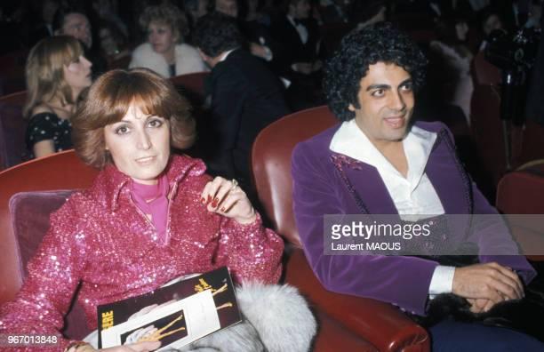 Enrico Macias et son épouse Suzy lors d'un gala aux Folies Bergère le 25 mars 1977 à Paris France