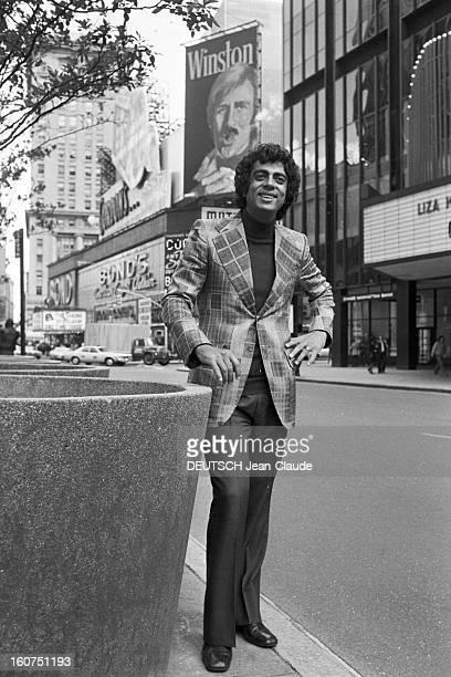 Enrico Macias In New York City. Aux Etats-Unis, à New York City, le 4 octobre 1974, Enrico MACIAS, chanteur, dans une rue de la ville, en arrière...