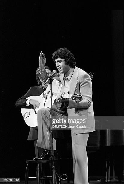 Enrico Macias In New York City. Aux Etats-Unis, à New York City, le 4 octobre 1974, Enrico MACIAS, chanteur, chantant, jouant de la guitare, sur...