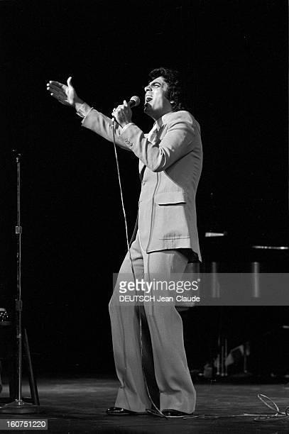 Enrico Macias In New York City. Aux Etats-Unis, à New York City, le 4 octobre 1974, Enrico MACIAS, chanteur, chantant, sur scène durant un concert.