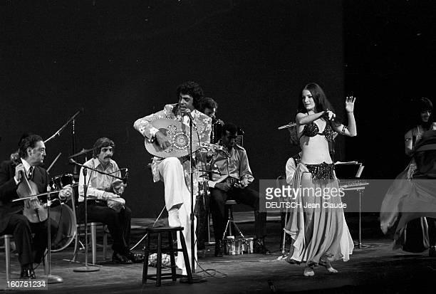 Enrico Macias In New York City. Aux Etats-Unis, à New York City, le 4 octobre 1974, Enrico MACIAS, chanteur, chantant, jouant du luth, sur scène...