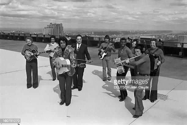 Enrico Macias In New York City. Aux Etats-Unis, à New York City, le 4 octobre 1974, Enrico MACIAS, chanteur, chantant, jouant de la guitare, avec son...
