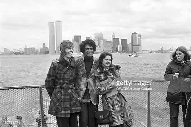 Enrico Macias In New York City. Aux Etats-Unis, à New York City, le 4 octobre 1974, Enrico MACIAS, chanteur, posant au bord de l'eau, avec des...
