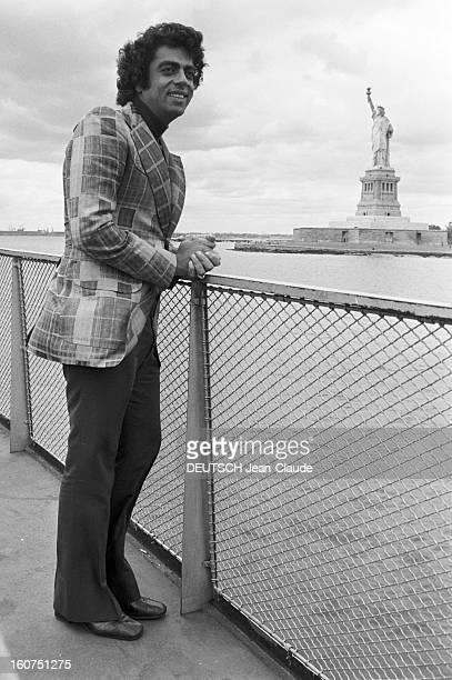 Enrico Macias In New York City. Aux Etats-Unis, à New York City, le 4 octobre 1974, Enrico MACIAS, chanteur, posant au bord de l'eau, en arrière...