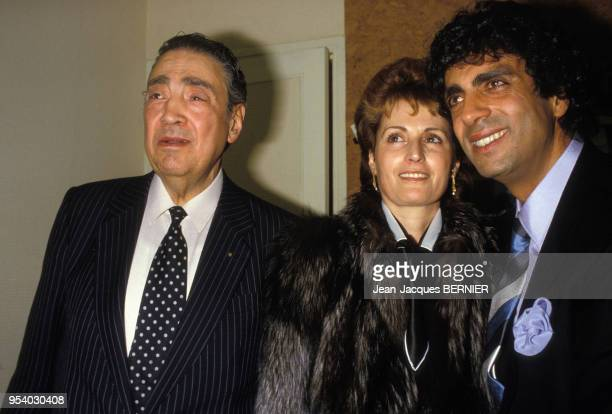 Enrico Macias à l'Olympia avec son père et sa femm Suzy le 7 mars 1985 à Paris France