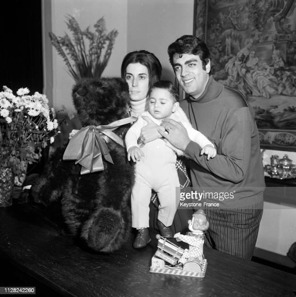 Enrico Macias photographié chez lui avec sa femme et son fils Jean-Claude, à Paris, France, le 3 décembre 1968.