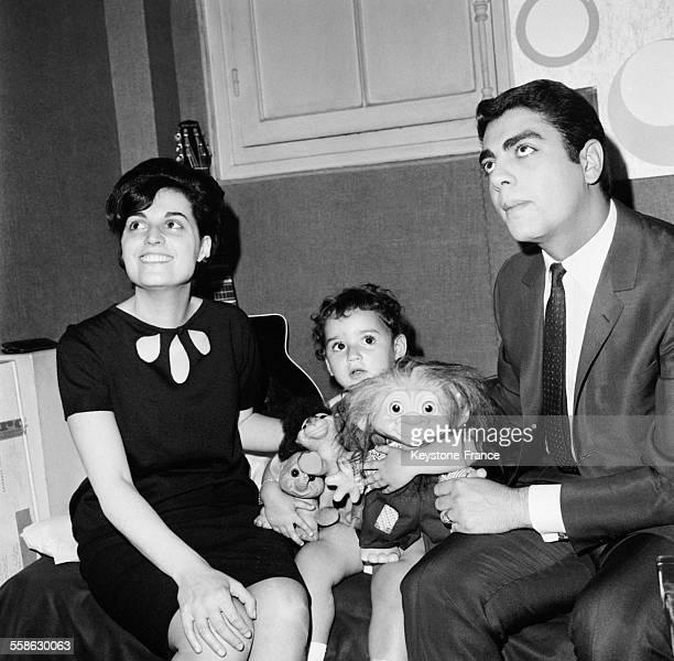 Enrico Macias sa femme Suzy et sa petite fille Jossia jouant avec une poupee danoise que son pere lui a rapporté de Copenhague dans son appartement...