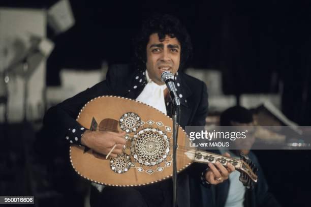 Enrico Macias s'accompagnant à la mandole lors d'un concert circa 1970 à Paris France