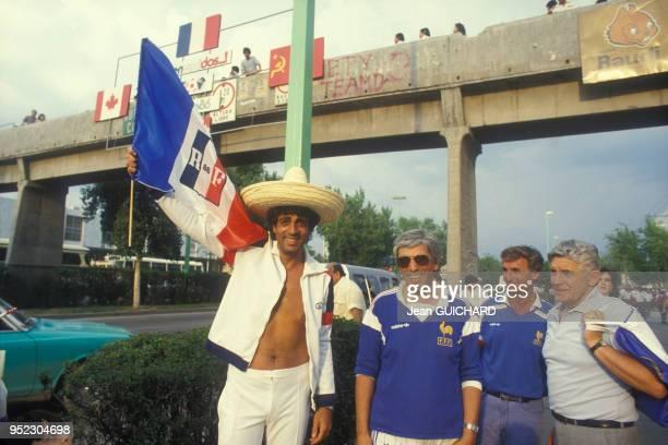 Enrico Macias soutien de l'équipe de France au Mundial de football avec trois autres supporters en juin 1986 au Mexique