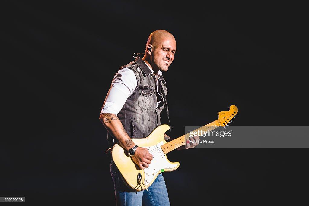 Enrico Zapparoli of Modà performing live at the Pala... : News Photo