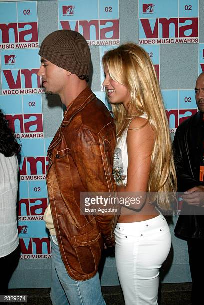 Enrique Iglesias and girlfriend Anna Kournikova arrive at the 2002 MYV Video Music Awards at Radio City Music Hall in New York City August 29 2002...
