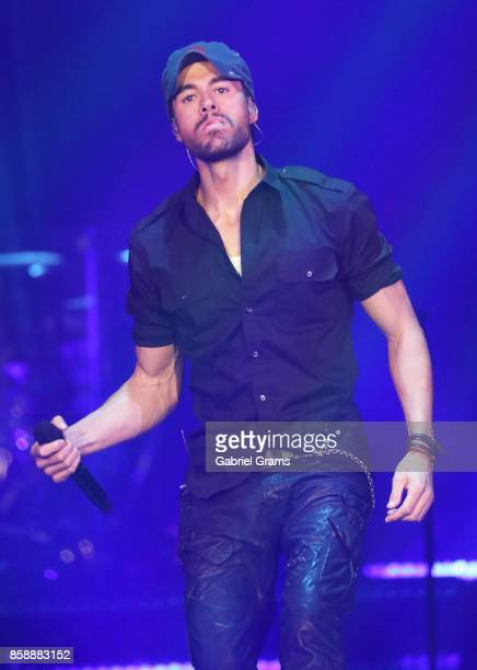 Enrique Iglesias performs at Allstate Arena on October 7 2017 in Chicago Illinois