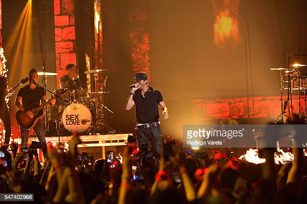 Enrique Iglesias performs onstage at the Univision's 13th Edition Of Premios Juventud Youth Awards at Bank United Center on July 14 2016 in Miami...